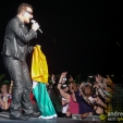 360: Bono accepts the Irish flag from the crowd (Melbourne, 2010)